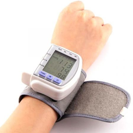 Csuklóra helyezhető pulzus és vérnyomásmérő
