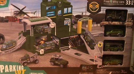 Katonai parkolóház kisautóval 4 db kisautóval